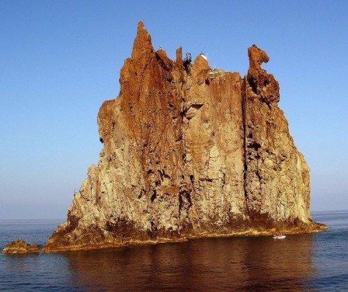 una roccia scogliosa nel mare