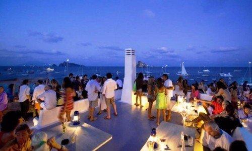 delle persone durante una festa in una terrazza con vista del mare