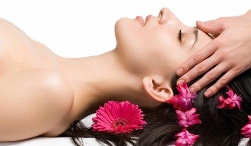 Donna si rilassa durante un massaggio cervicale