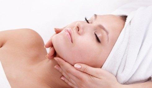 Donna si rilassa durante un massaggio viso