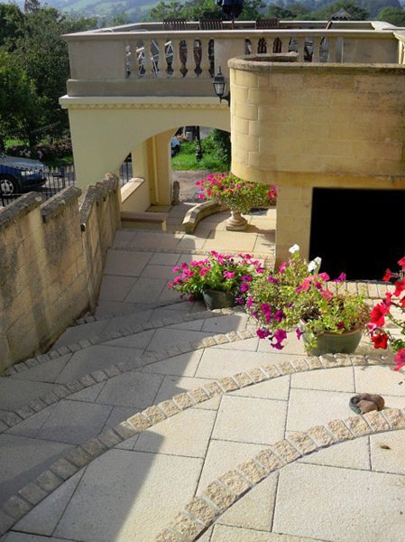 If you need decorative paving in Bristol call 01275 454 464