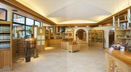 area vebdita della distilleria, arredamento in legno chiaro, bottiglie in esposizione
