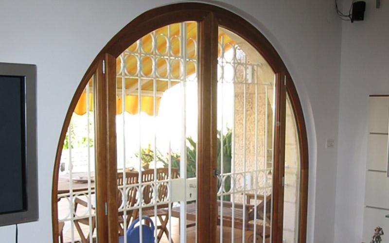 Porta ad arco in alluminio legno