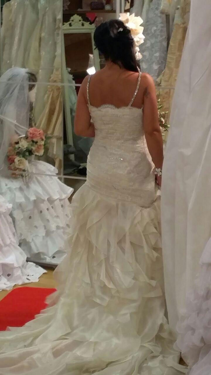 una donna vestita da sposa vista da dietro da una visuale ravvicinata
