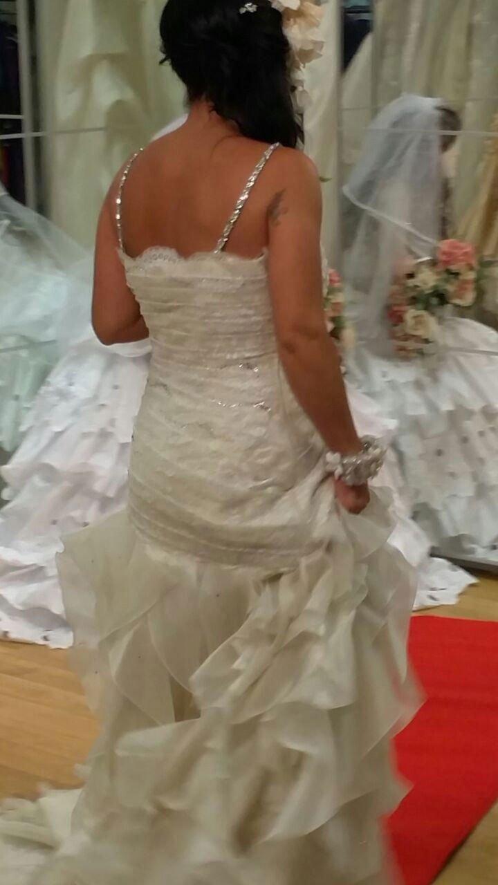 una donna vestita da sposa vista da dietro