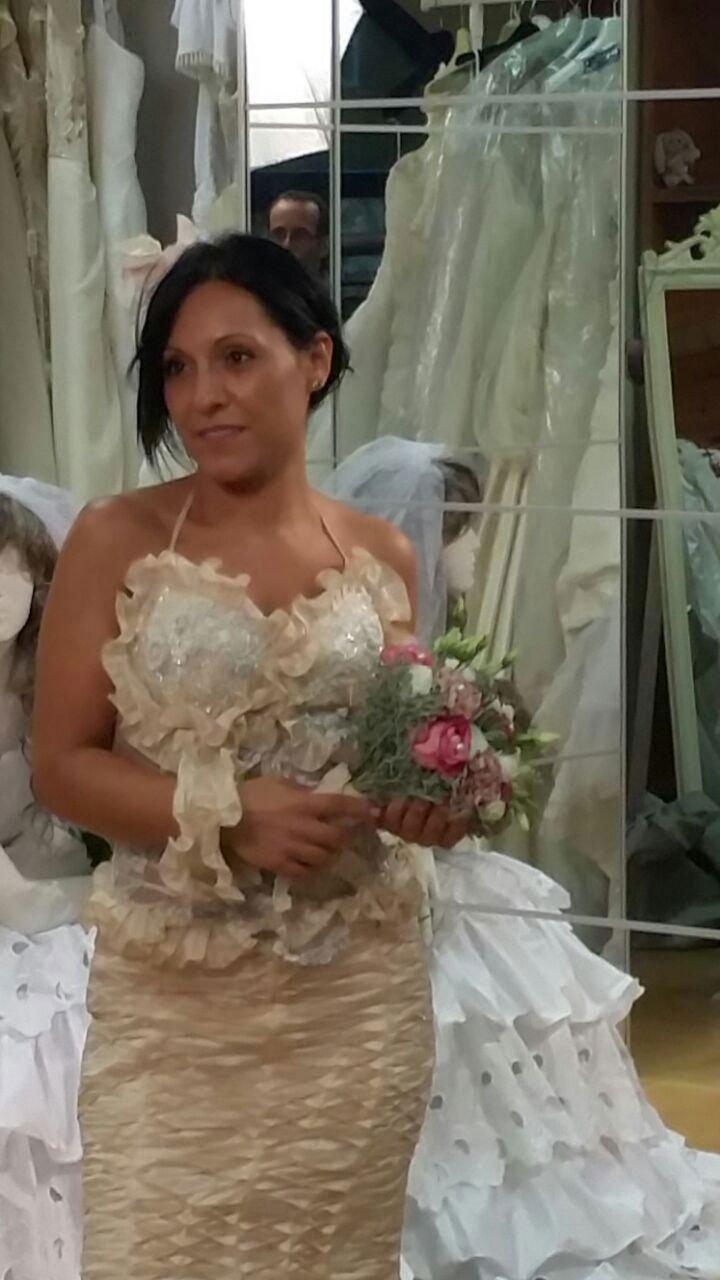 una donna vestita da sposa vista di spalle in una camera da letto