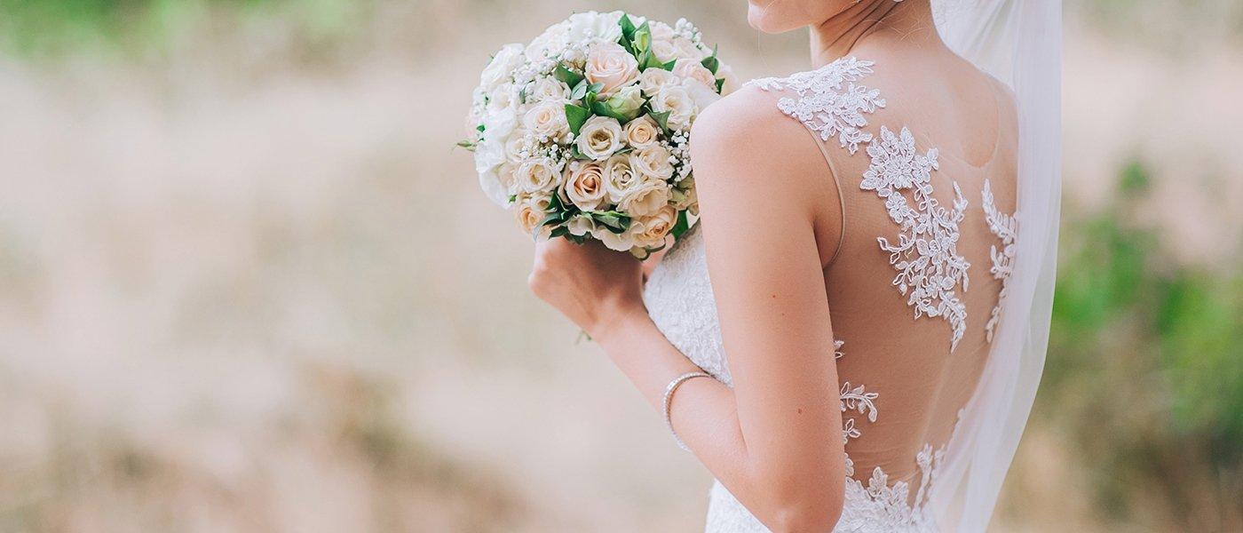 sposa con bouquet di fiori bianchi e rosa