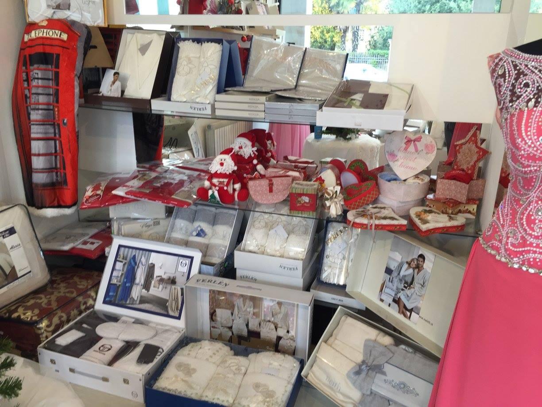 Una vetrina con delle mensole con degli oggetti e degli asciugamani della marca Ferlen