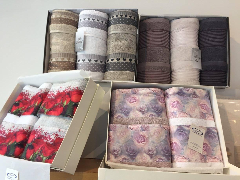 Tre scatole con dei set di asciugamani