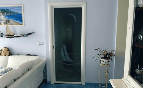 Porta in legno con vetro decorato
