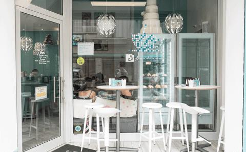 Realizzazione e installazione vetrina negozio