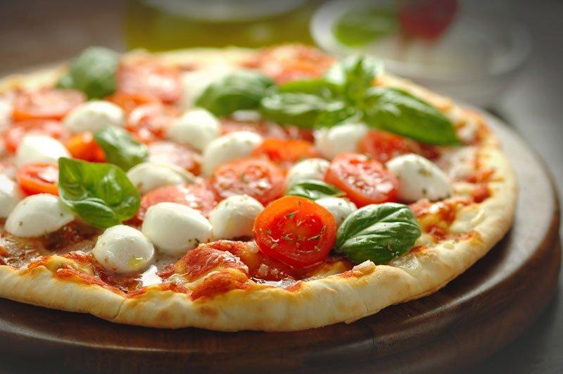 Pizza con pomodorini, mozzarelline , basilico e aromi