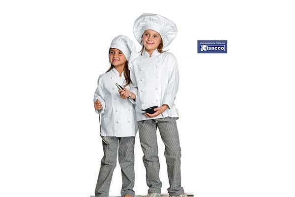 due bambini con un'uniforme da cuoco con in mano un mestolo, il tutto su uno sfondo bianco