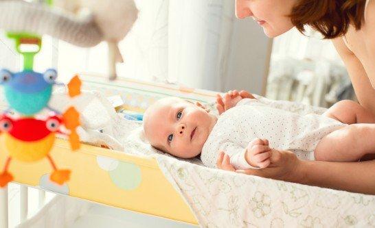 mamma con neonato su fasciatoio