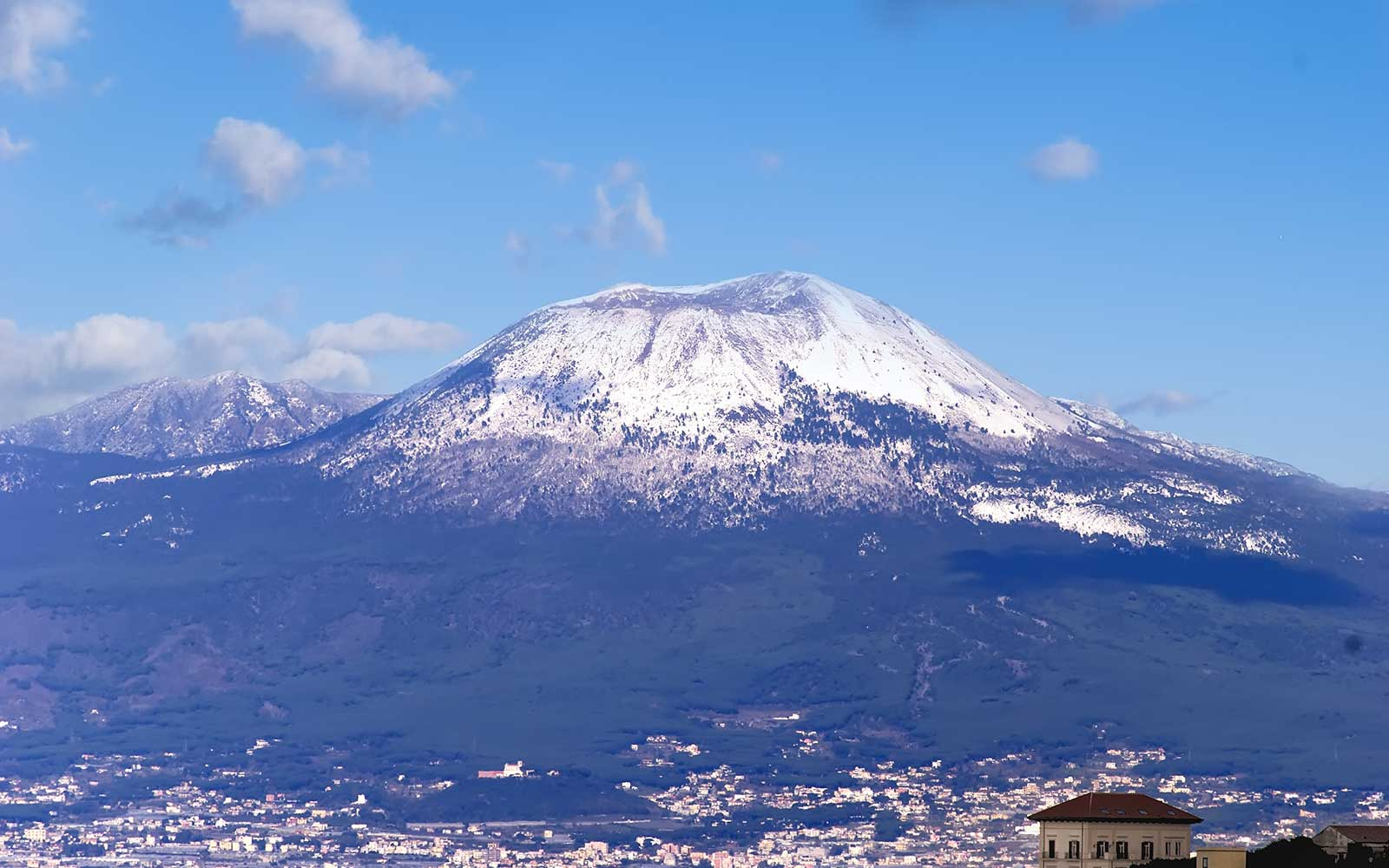 una montagna innevata