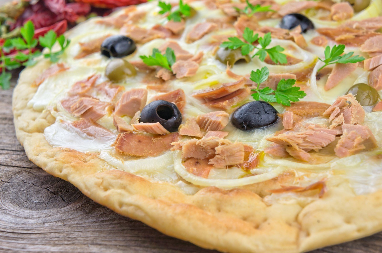 pizza con tonno, ciopolle e olive ner