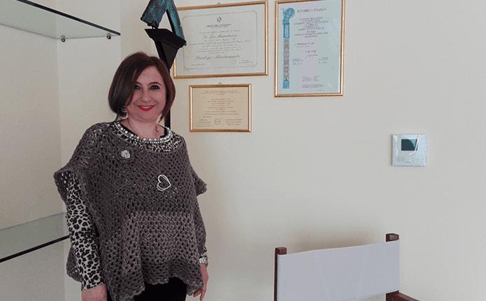DOTT.SSA MARIA TERESA PSICOLOGA in studio con certificazione attaccato su parete