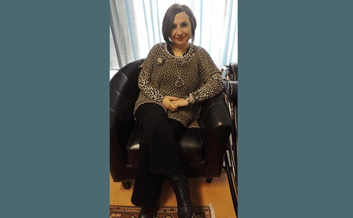 DOTT.SSA MARIA TERESA PSICOLOGA seduta su sedia nera