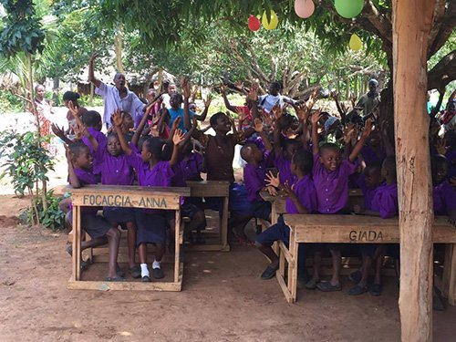 Bambini in un'aula di una scuola esterna esultanti