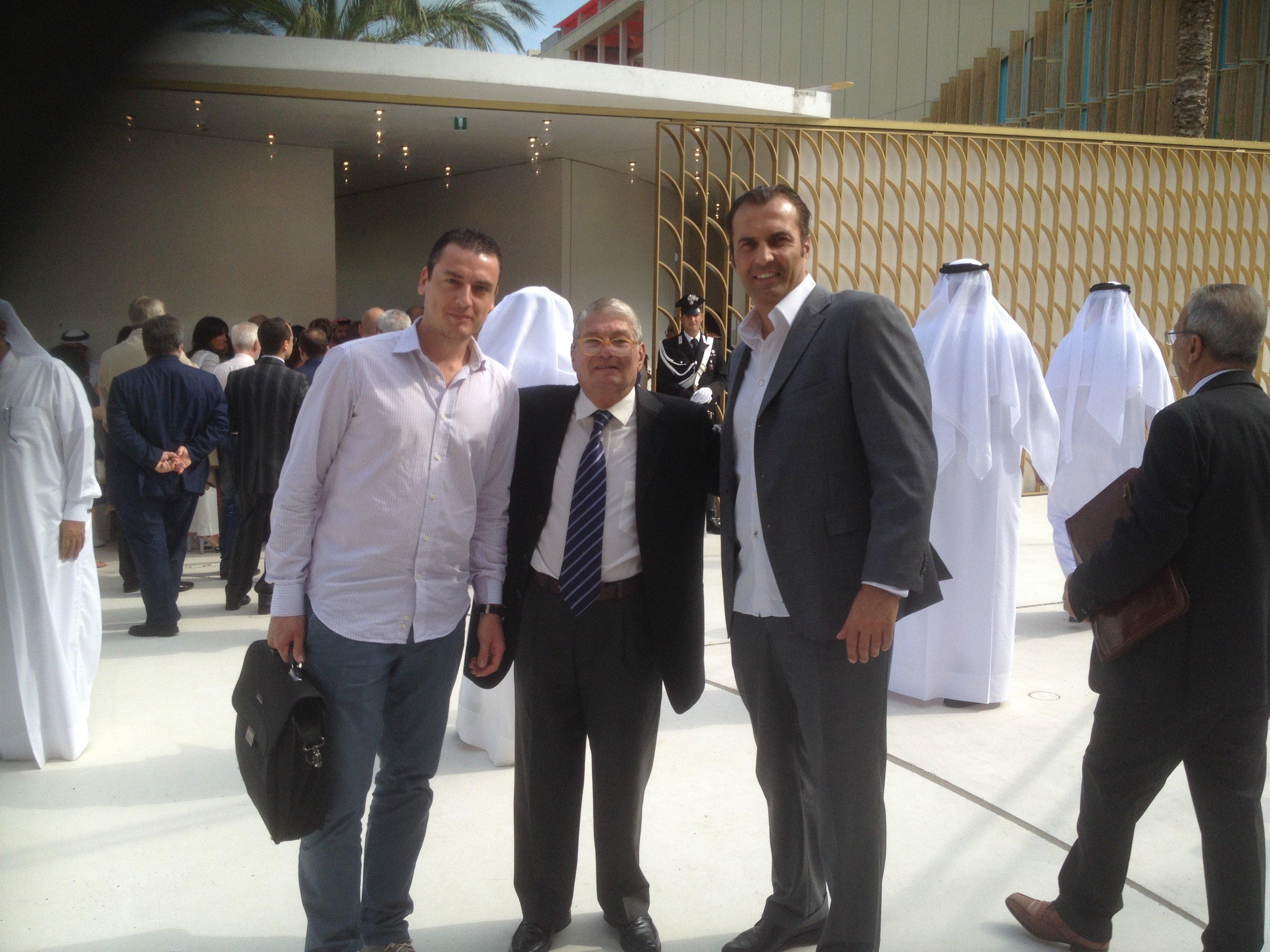Foto di Nicola Mela con due imprenditori e degli sceicchi in sfondo