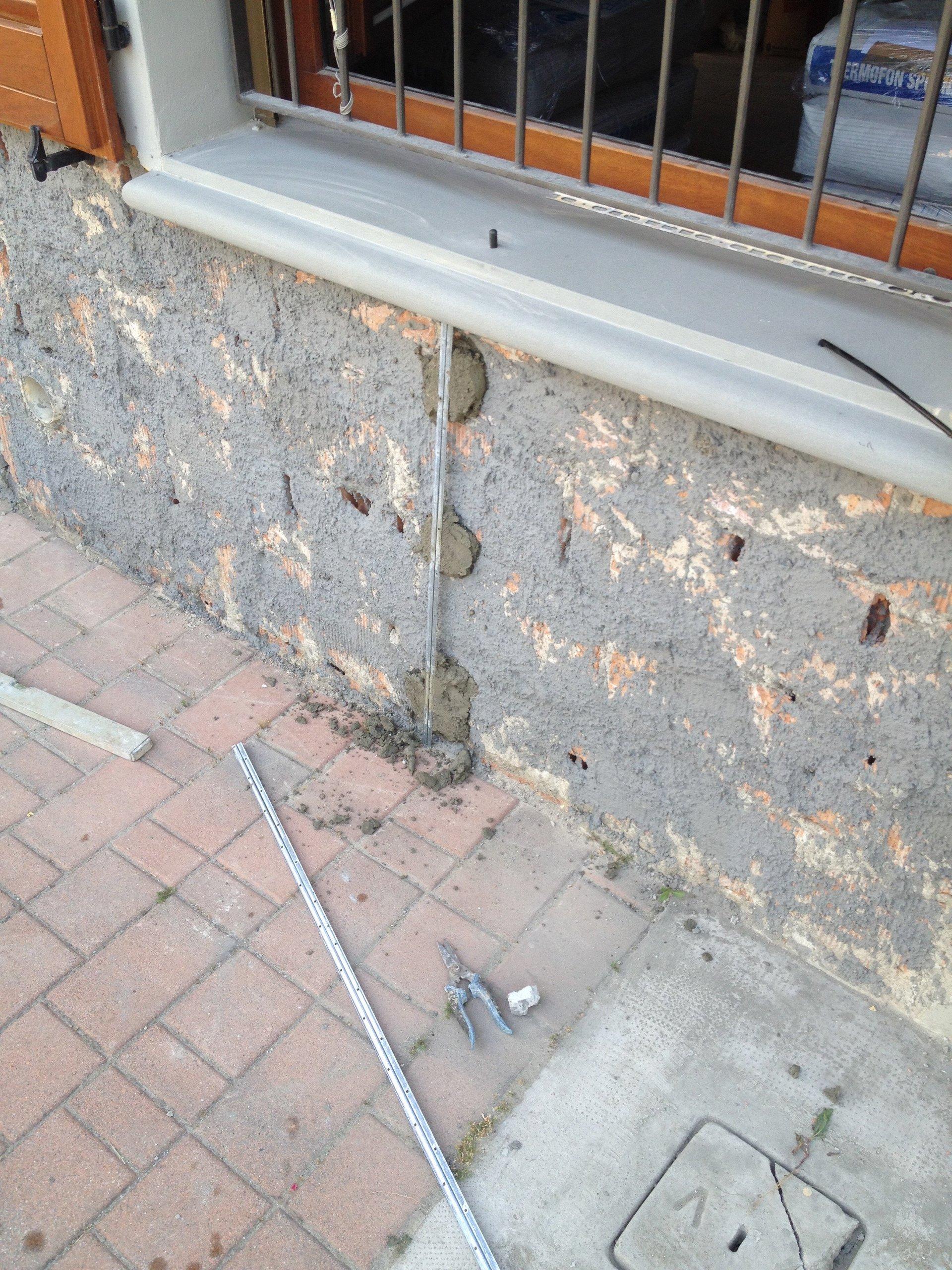Un muretto esterno in fase di ristrutturazione