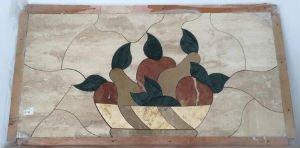 un quadro in marmo raffigurante di un cestino con della frutta