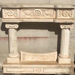 una struttura per un camino in marmo