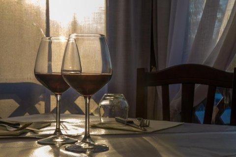 calici di vino sul tavolo