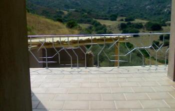 paesaggio di montagna dal balcone di una casa