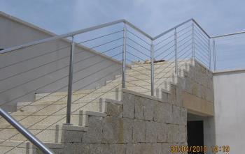 vista esterna di una scala con ringhiere acciaio