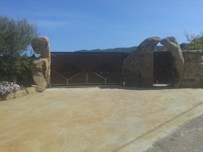vista frontale di un cancello con muro in pietra