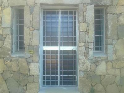porta e finestre in un muro di pietra