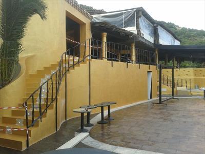 vista esterna di una scala con ringhiere in ferro con parete giallo
