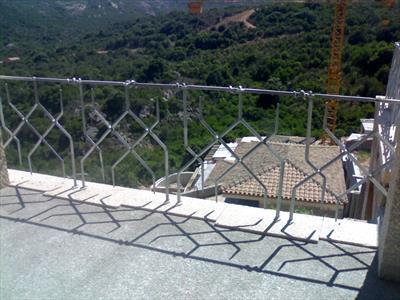 vista montagna dal balcone di una casa con ringhiera in acciaio