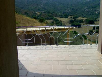 vista montagna dal balcone di casa con ringhiera in acciaio