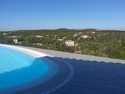 vista laterale di una piscina