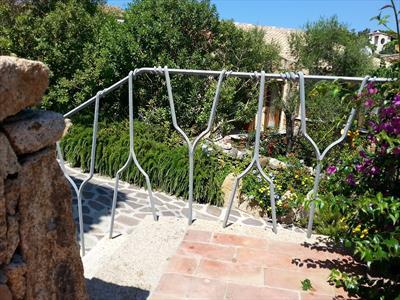 vista di giardini con ringhiera scale esterna in acciaio