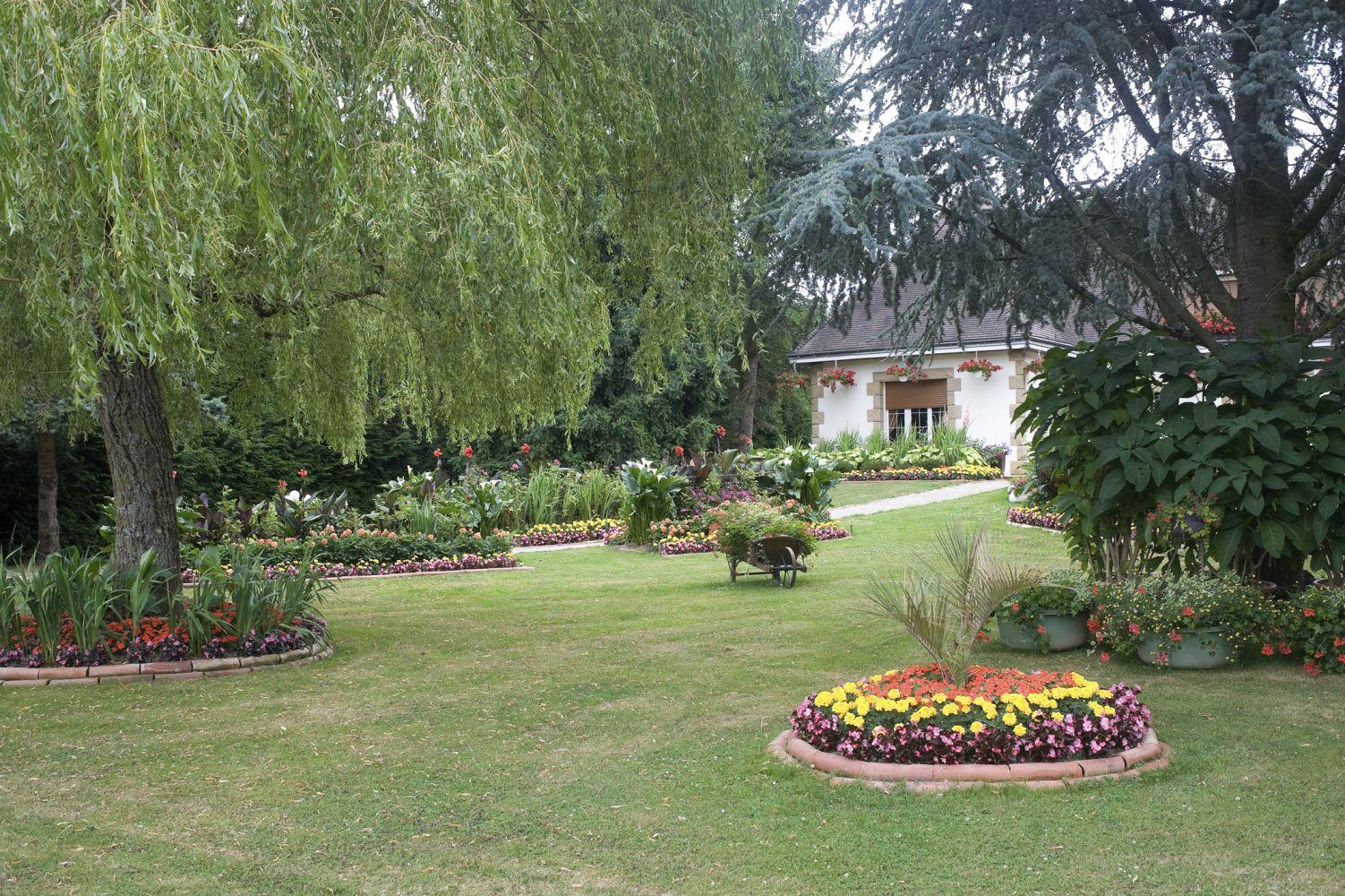 Sunscapes landscaping property maintenance landscape for Affordable garden services