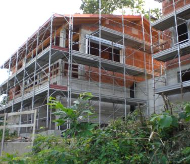 ponteggi casa in via di costruzione