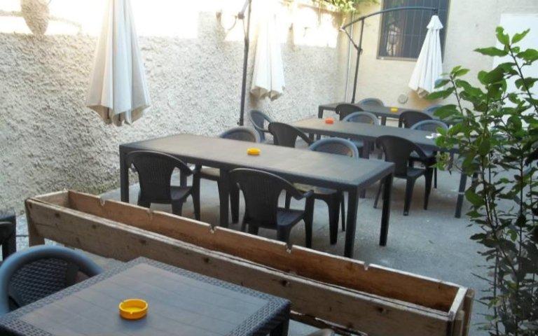 ristorante con tavoli all