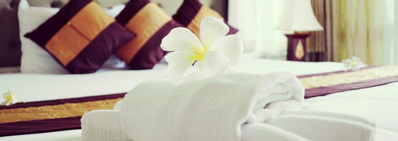 asciugamani, cuscini sul letto di una albergo stanza