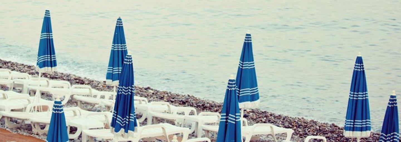 vista del mare con lettini e ombrelloni sulla spiaggia