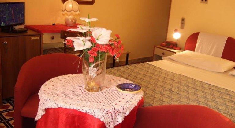 tavolo apparecchiato in una stanza di hotel