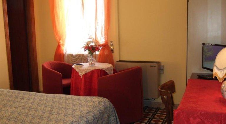 una stanza moderna con arredamento