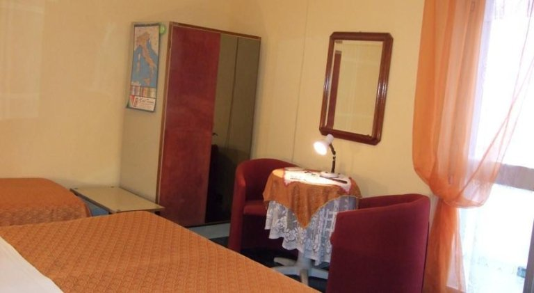 vista laterale di camere da matrimoniale con arredamenti