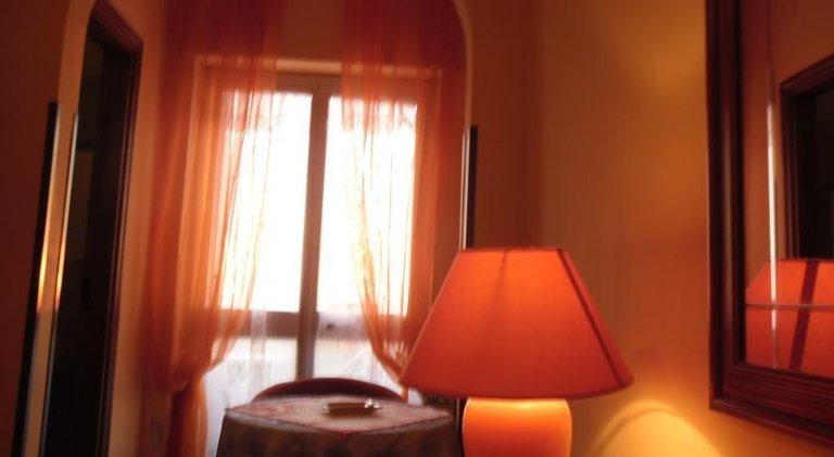 vista interna di una stanza con tenda trasparente