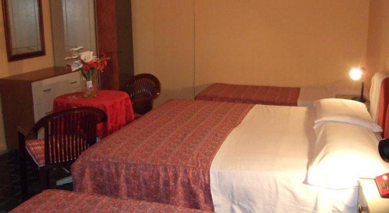 camere da letto tripla con tavolo e sedie