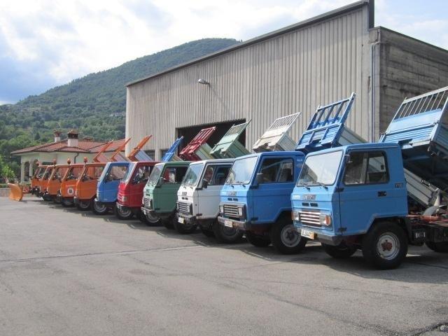 dei camion  con dei rimorchi ribaltabili