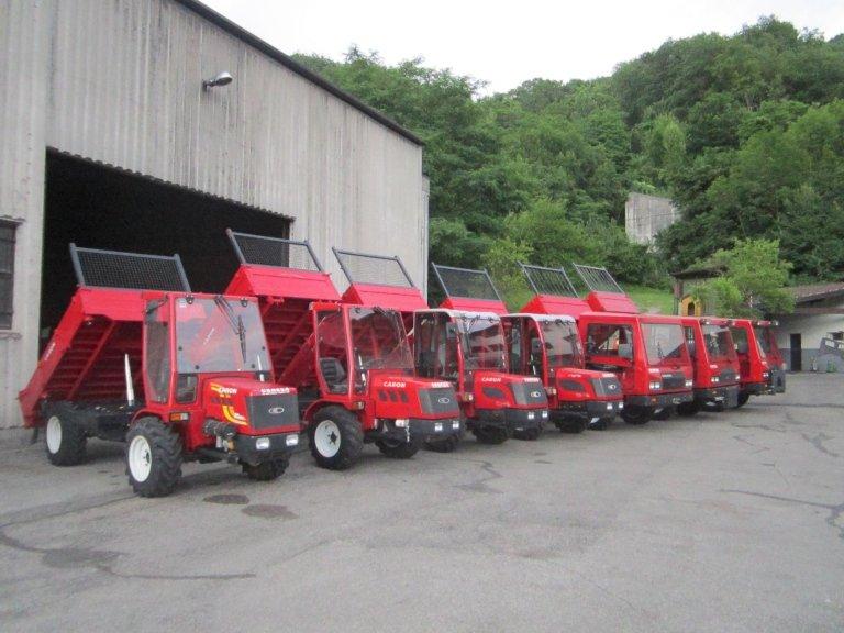 dei trattori rossi con rimorchio ribaltabili