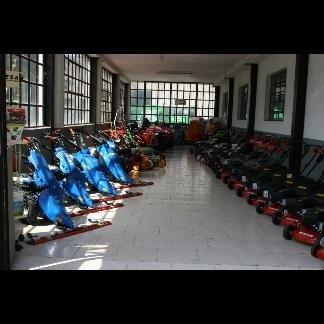 delle motoseghe e altre attrezzature in esposizione